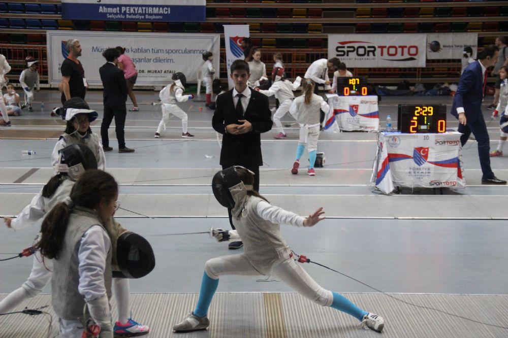 Konya'da ilk gün erkeklerde U14 ve U10, kızlarda U12 flöre müsabakaları oynandı